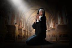 Nunna Praying, bön, Christian Religion, katolik arkivfoton