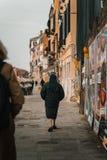 Nunna som går på en gata royaltyfri fotografi