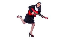 Nunna som spelar gitarren Arkivfoto