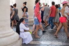 Nunna Taking som en vila som turister flyga iväg i Vatican City Arkivbild