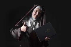 Nunnan annonserar bibeln arkivfoton