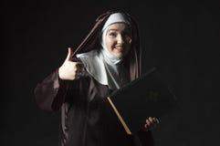 Nunnan annonserar bibeln arkivbilder