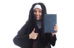 Nunnan annonserar bibeln fotografering för bildbyråer