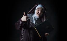 Nunnan annonserar bibeln royaltyfri foto