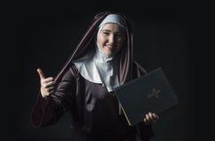 Nunnan annonserar bibeln royaltyfria foton