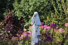 Nunnaskulptur i trädgården Arkivbild
