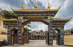 Nunneklosterport på Namdroling den buddistiska kloster, Coorg Indien Royaltyfria Foton