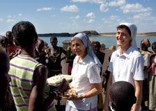 Nunnor av för köphemslöjder för kristen kyrka stammen för afrikan fotografering för bildbyråer