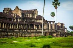 Nunnor mediterar på fördärva av Angkor Wat på soluppgången Royaltyfri Foto