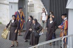 Nunnor och ljust färgade likformig av den schweiziska vakten på Vatican City, mitt av katolska kyrkan, Rome, Italien, Europa Arkivfoton