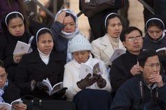 Nunnor och präst på mass för påve Francis Royaltyfria Bilder