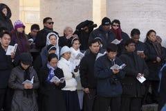 Nunnor och präst på mass för påve Francis Arkivfoton
