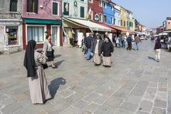 Nunnor på ett touristic turnerar på den venice ön av Murano tar ett p Fotografering för Bildbyråer