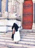 Nunnor på trappan Arkivbilder