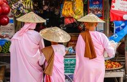 Nunnor som går för morgonallmosa i Bagan, Myanmar Royaltyfria Bilder