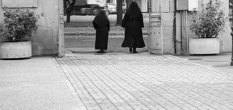 Nunnor som går gatan Royaltyfria Bilder