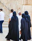 Nunnor som går ner gatan Royaltyfri Foto