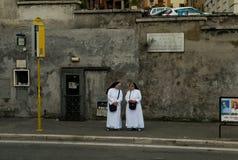 Nunnor som väntar på bussen Arkivbild