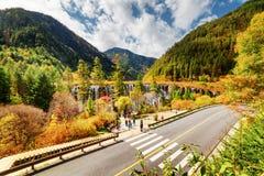 Nuo Ri郎瀑布Nuorilang和路的顶视图 免版税库存照片