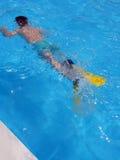 Nuotando con le alette Fotografie Stock