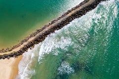 Nuotando dietro un Breakwall Fotografie Stock Libere da Diritti