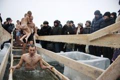 Nuotando nel ghiaccio-foro su epifania Immagine Stock Libera da Diritti
