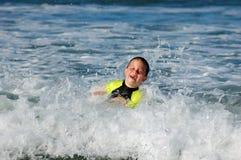Nuotando nel mare Immagini Stock