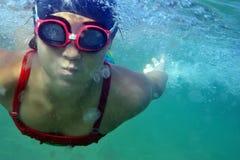 Nuotando nel mare Fotografia Stock Libera da Diritti