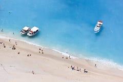 Nuotando nel mare del turchese Fotografia Stock