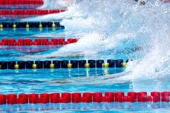 Nuotando nel waterpool con acqua blu Immagini Stock