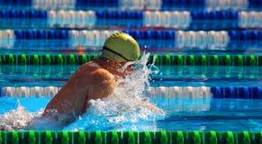 Nuotando nel waterpool con wate blu Fotografie Stock Libere da Diritti