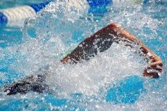 Nuotando nel waterpool con wate blu Immagini Stock Libere da Diritti
