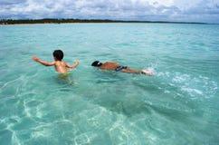 Nuotando nella radura cristallina innaffia il mare nel Brasile immagini stock libere da diritti