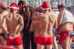 NUOTATA 2015, BARCELLONA, porto Vell del PORTO di GIORNO DI NATALE - 25 dicembre: Nuotatori in cappelli di Santa Claus per il con Fotografia Stock Libera da Diritti