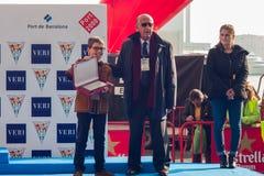 NUOTATA 2015, BARCELLONA, porto Vell del PORTO di GIORNO DI NATALE - 25 dicembre: vincitori del concorso con i trofei Fotografia Stock Libera da Diritti