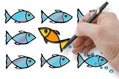 Nuotata contro la marea - la mano disegna un pesce che va contro la corrente fotografia stock