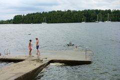 Nuotata dei bambini nel lago Immagini Stock