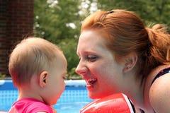 Nuotata del bambino della mamma Immagine Stock