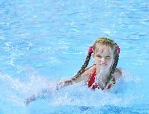 Nuotata del bambino nella piscina. Immagini Stock