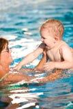 Nuotata del nipote e della nonna Fotografia Stock