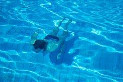 Nuotata dell'uomo sotto acqua Fotografia Stock Libera da Diritti
