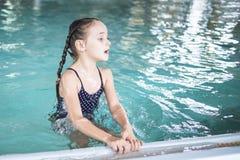 Nuotata della ragazza nello stagno Gioco felice della ragazza nello stagno Bella nuotata della ragazza e divertiresi in acqua Fes fotografia stock