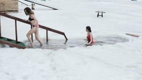 Nuotata delle giovani donne nel ghiaccio-foro archivi video