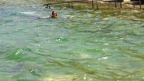 Nuotate allegre della ragazza nel mare stock footage