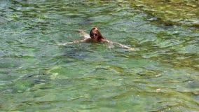 Nuotate allegre della ragazza nel mare video d archivio