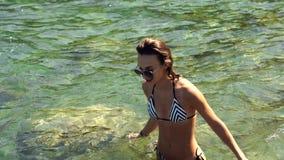 Nuotate allegre della ragazza nel mare archivi video