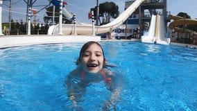 Nuotate della bambina nello stagno nel parco dell'acqua video d archivio