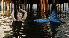 Nuotate della sirena sotto il ponte fotografie stock