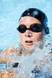 Nuotatore in acqua con spruzzo Fotografia Stock Libera da Diritti