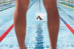 Nuotatore che aspetta il suo membro del team durante il relè Fotografia Stock Libera da Diritti